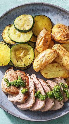 Wunderbar Deftiges Schweinefilet Mit Pesto Dazu Ofenkartoffeln Und Gebratene  Zucchinischeiben