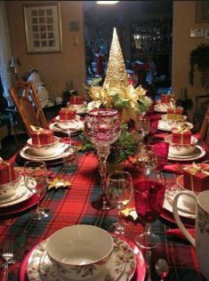 50 Most Beautiful Christmas Table Decorations - Pink Lover Christmas Dining Table, Christmas Table Settings, Christmas Tablescapes, Christmas Table Decorations, Holiday Tables, Decoration Table, Christmas Themes, Table Centerpieces, Christmas Holidays