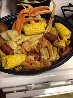 How to Make an Easy Crab and Shrimp Boil I seafood! Easy and delicious! Shrimp And Crab Boil, Seafood Boil Party, Seafood Boil Recipes, Crab Stuffed Shrimp, Crab Recipes, Seafood Dinner, Copycat Recipes, Recipies, Boiled Food