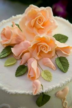 If you are someone who's admired fondant flowers on cake tops and are interested in making some by yourself, take a chance and be the one to prepare them. Sugar Paste Flowers, Icing Flowers, Fondant Flowers, Fondant Rose, Fondant Baby, Cake Flowers, Flower Cakes, Cake Icing, Fondant Cakes
