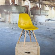 DSW style stoel mosterd geel