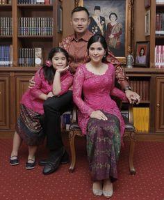 Tampil Anggun, Ini 10 Gaya Annisa Yudhoyono dalam Balutan Kebaya Vera Kebaya, Batik Kebaya, Kebaya Dress, Batik Fashion, Ethnic Fashion, Hijab Fashion, Womens Fashion, Blouse Batik, Batik Dress