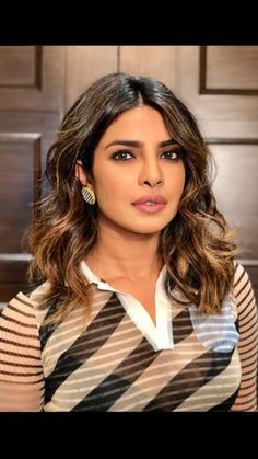 Priyanka Chopra looks absolutely stunning🖤🖤🖤 Priyanka Chopra Makeup, Actress Priyanka Chopra, Bridget Jones, Brown Hair Color Shades, Hair Color Highlights, Bollywood Celebrities, Indian Celebrities, Cute Beauty, Beautiful Indian Actress