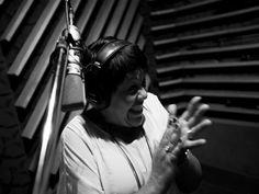 """Dona de longa carreira internacional atrelada ao jazz, a cantora e compositora baiana Rosa Passos interpreta músicas de seu novo disco """"Samba Dobrado – Canções de Djavan""""."""