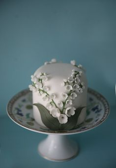 Francisca Neves / Cupcake: mini cake  (I love lily of the valley - you might have to do this for me @Heather Sinclair!)