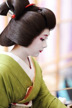 Japanese hair accessory for kimono - kanzashi - by SAKAE Japanese Beauty, Asian Beauty, Yukata, Geisha Japan, Kyoto Japan, Memoirs Of A Geisha, Japanese Kimono, Japan Fashion, Japanese Culture