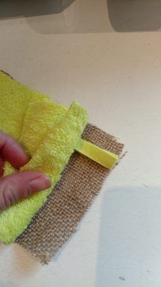 A very simple tutorial to make a washable sponge with three times nothing! Easy sewing, accessible to beginners and in zero waste optics. Source by elisabethlanglo Sewing Tutorials, Sewing Projects, Sewing Tips, Couture Sewing, Green Life, Zero Waste, Diy Beauty, Bag Making, Arm Warmers