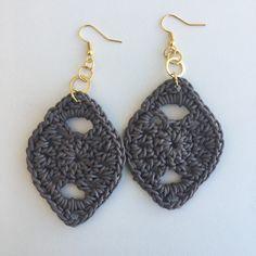 Perfeição em crochê!    .brinco em crochê com corda;  .peça em bijuteria;  .tamanho somente da peça em crochê: 6,5cm.    **Consulte para brinco com peças folheadas a ouro ou em prata!!!
