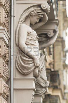 Estatua de cari�tides femeninas en el centro de Riga, Letonia en un lluvioso día de otoño