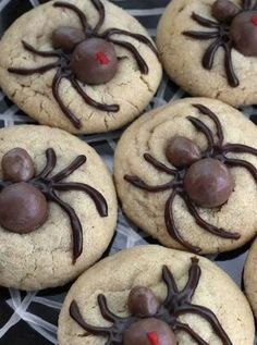 Spooky never tasted so sweet—use Whoppers and Goobers candies on top of peanut butter cookie dough to make delicious Halloween spider cookies! (I used chocolate covered raisins and for the heads) Halloween Desserts, Muffins Halloween, Biscuits Halloween, Hallowen Food, Bolo Halloween, Postres Halloween, Halloween Goodies, Halloween Food For Party, Halloween Candy