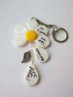porte clés fimo bijou sac insolite fimo marguerite romantique Plus I like this concept. You know, dropping petals, he loves me, he loves me not type of idea. Polymer Clay Kunst, Cute Polymer Clay, Fimo Clay, Polymer Clay Projects, Polymer Clay Charms, Polymer Clay Creations, Polymer Clay Jewelry, Clay Crafts, Clay Keychain