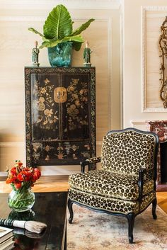 Antonio Martins A sophisticated living room with Chinoiserie - A Chinese cabinet, a Chinese calligraphy brush, and a pair of Asian figurines.