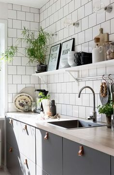 Kitchen Interior Black, White, and Wood Kitchen Inspiration via Plaza Interior - Planning a kitchen makeover? Enjoy this black, white, and wood kitchen inspiration and say goodbye to the poor paint choices of previous apartment tenants. Kitchen Ikea, New Kitchen, Kitchen Dining, Kitchen Decor, Kitchen Cabinets, Kitchen Wood, Green Kitchen, Kitchen White, Gray Cabinets