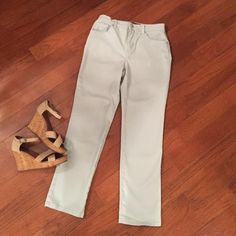 Gloria Vanderbilt Mint Blue Jeans Amanda (6) Excellent condition Gloria Vanderbilt Jeans. Straight cut, high waisted size 6 jeans. Cute with wedges or flats  Gloria Vanderbilt Jeans Straight Leg