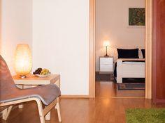 Apartamentos turisticos en Bucarest. Precios bajos! Floor Chair, Flooring, Furniture, Home Decor, House Decorations, Bucharest, Bass Guitars, Decoration Home, Room Decor