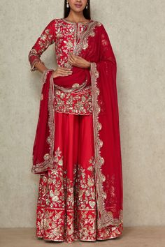 Shop the best in luxury Indian fashion. Get ready for the wedding season with the choicest designer wear collections. Latest Bridal Dresses, Indian Bridal Outfits, Indian Bridal Wear, Pakistani Bridal Dresses, Pakistani Dress Design, Pakistani Outfits, Nikkah Dress, Bridal Lehenga, Bridal Suits Punjabi