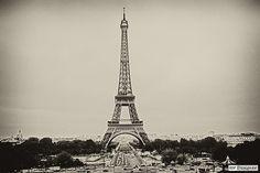"""Esta obra foi construída por Gustave Eiffel e chama-se """"Torre Eiffel"""". Escolhemos esta imagem porque a mesma retrata a arquitetura do ferro, muito utilizado no séc. XIX. Caracterizado por um período de grande desenvolvimento económico e de melhoria de condições de vida. Feita de ferro, a Torre Eiffel é uma das principais obras da arquitetura do ferro. #FB #SD"""