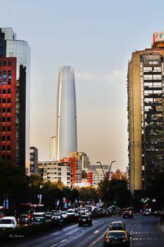 Santiago, no Chile, espera orgulhosamente o término da construção que vai se tornar o edifício mais alto da América do Sul.  Conhecida como Grande Torre Santiago , foi projetado pelo arquiteto Argentino/E.U.A Cesar Pelli e atinge 300 metros de altura.