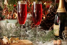 Pomegranate pipers piping recipe    Yields 1 cocktail  Ingredients:    1/4 cup pomegranate juice  1/2 cup Champagne  Fresh ginger (optional)    Directions:    Fill a champagne glass 1/4 of the way full with pomegranate juice.  Fill the remaining way with Champagne.  Garnish with freshly grated ginger.