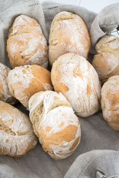 Schnelle Dinkel-Brötchen – Baking Barbarine Fast and easy: crunchy spelled rolls. The dough does not have to go and in 40 minutes the rolls are at the table. Soft inside, nice crunchy outside. Baking Recipes, Cake Recipes, Dessert Recipes, Healthy Recipes, Pizza Recipes, Bread Recipes, Baking Buns, Bread Baking, Bread Bun