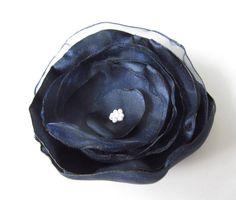 Anstecker - Blüten - Anstecker Brosche Organza-Satin-Blüte dunkelblau - ein…