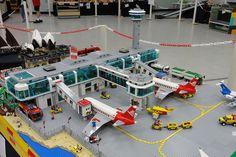 Lego Skyscraper, Lego City Airport, Lego Plane, Urban Design Concept, Lego Furniture, City Layout, Lego Videos, Cool Lego Creations, Lego Design