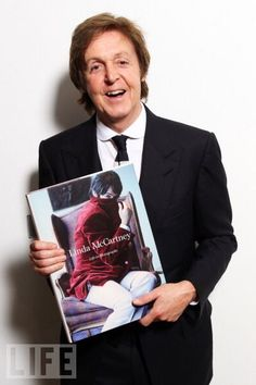 Sir Paul McCartney with Linda McCartney's - Life in Photographs Paul Mccartney And Wings, Sir Paul, Annie Leibovitz, The Fab Four, Yesterday And Today, Ringo Starr, Life Magazine, John Lennon, Rock Bands