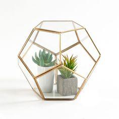 Un terrarium en verre et métal élégant et tendance.Caractéristiques du terrarium en verre et métal, Uyova :Facettes en verre transparent. Structure en métal finition laiton.Ne peut pas contenir d'eauDimensions du terrarium, Uyova :24,5 x 24,5 x 21 cmDimensions et poids du/des colis :1 colis33 x 33 x 29 cm1,85 kg.