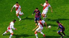 Messi dan Suarez dikeliling oleh 4 pemain Rayo selama permainan #fcblive