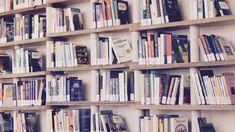 ビジネス書を読むという方は少なくないでしょうが、その目的はなんでしょうか? ビジネスのため、キャリアアップのため、資産を築くため 人それぞれ目標に向けて読書をしていると思います そんなビジネス書ですが、あまり読まない方や馴染みのない方は「難しい」「ためになるのだろうか?」という疑問を抱くことも少なくないでしょう レバレッジリーディングを簡潔に表すと「投資のための読書法」です 何かを身に付けたいという人が読書から学ぶ際に意識することをわかりやすくまとめています 知っているだけで読書効率は格段にあがるレバレッジリーディングについて紹介していこうと思います! Die Waltons, Best Books To Read, Good Books, Blockchain, Books For Self Improvement, Motivational Books, Inspirational Quotes, Finance Books, Oscar Wilde