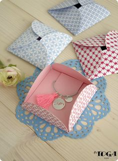 Discover recipes, home ideas, style inspiration and other ideas to try. Necklace Packaging, Jewelry Packaging, Diy Gift Box, Diy Gifts, Diy Cadeau, Craft Packaging, Gift Wraping, Packing Jewelry, Creative Gift Wrapping