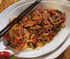 Verser l'huile dans un wok. Faire chauffer 3 minutes sur feu moyenPeler et émincer les oignons. Couper les haricots verts en morceau d'un centimètre. faire revenir les oignons émincés et les haricots verts. Ajouter les poivrons émincés. Faire cuire 10 min.