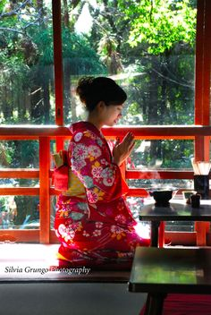 Kyoto girl in kimono, ready to eat her lunch in a traditional udon restaurant inside Fushimi Inari Shrine  #kyoto #japan #kimono