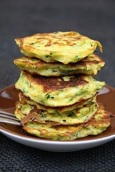 Quick zucchini pancakes with chickpea flour and chili-mayo dip, a simply prepared low carb vegetable dish for the summer. Quick zucchini pancakes with chickpea flour and chili-mayo dip, a simply prepared low carb vegetable dish for the summer. Greek Recipes, Veggie Recipes, Low Carb Recipes, Vegetarian Recipes, Cooking Recipes, Healthy Recipes, Fruit Calories, Calories In Vegetables, Low Carb Vegetables