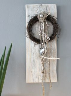 WD60 – Wanddeko aus altem Holz! Altes Holzbrett weiß gebeizt, natürlich dekoriert mit einem Rebenkranz, Filzblume, Filzbänder, kleiner Edelstahlkugel und einem Edelstahlherz! Preis 39,90€