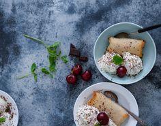 Er du vild med både indbagte lækkerier og bananer? Forårsruller på en ny, nem og lækker måde - serveres sprøde med vaniljeis, revet chokolade og kokossukker.