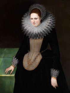 Das Gemälde präsentiert eine junge Frau im Kniestück, die eine Hand sanft auf einen mit smaragdgrünem Tuch belegten Tisch legt. Ihr schwarzes Gewand ist mit ...