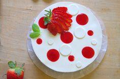 Ingrédients: Pour un fraisier de 18 cm de diamètre (c'est aussi valable pour 20 cm mais il sera moins haut) Pour la génoise: 3 œufs 90 g de sucre 75 g de farine 20 g de maizena  Pour la crème mousseline: 500 ml de lait 1 gousse de vanille 60 g de jaune... Beaux Desserts, Base, Flan, Macarons, Food To Make, Deserts, Strawberry, Pudding, Recipes