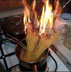 """As pessoas te dizem: """"É só colocar água pra ferver e jogar a massa"""".   13 imagens que mostram que você não está sozinho nos desastres culinários"""