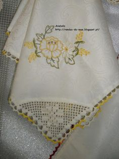 Rendas da Mãe: Toalha 80x80 com barrado croche Filet Crochet, Napkins, Embroidery, Knitting, Hand Embroidery Designs, Hand Embroidery Stitches, Crochet Kitchen, Table Toppers, Gatos