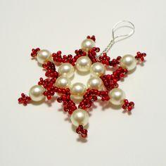 Hvězdička z korálků Hvězdička je vyrobena z voskovaných bílých perliček a červených korálků (rokajlů). Hodí se jako ozdoba na stromeček, vánoční výzdoba bytu (např. závěs na záclonu), nebo jako ozdoba vánočního dárku. V průměru (v nejširším místě) má hvězdička 4,5 cm. Hvězdičky lze vytvořit v libovolné barvě a počtu.