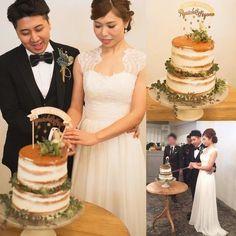 ウェディングケーキはネイキッドケーキです。ケーキトッパーにもたくさんの小さな星が散りばめられて流れ星のよう☆ナチュラルなネイキッドケーキにグリーンだけのナチュラルな装花が素敵ですね。