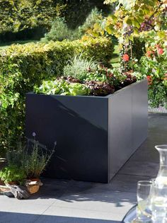 Raised bed cubus- Hochbeet Cubus The modern and straight raised bed is made of pure metal. It is available here in a lacquered version and a raw, rusty version … - Raised Garden Beds, Raised Beds, Diy Outdoor Furniture, Outdoor Decor, Garden Planters, Flower Beds, Backyard, Patio, Amazing Gardens