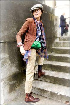 Inès de la Fressange via Easy Fashion Paris The Sartorialist, Punk Fashion, Retro Fashion, Korean Fashion, Fashion Black, Paris Fashion, Boho Fashion, High Fashion, Vintage Fashion