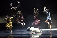 London-born Bangladeshi choreographer Akram Khan fuses deeply traditional art forms of Kathak with the innovative flair of contemporary performance. Contemporary Dance, Modern Dance, Tap Dance, Dance Art, Dance Music, The Rite Of Spring, Aerial Arts, Shall We Dance, Scene