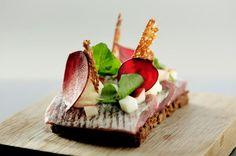 Røde toner. Rødbede giver smag og farve til både lage og pynt. Ristet rugbrød i tynde stykker på toppen bidrager med sprødhed. Foto: Peter Hove Olesen