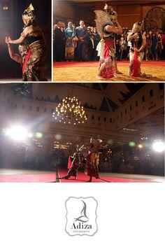 Gatotkaca Gandrung  I This is a dance that tells Gatotkaca falling in love with Dewi Pergiwo one of Arjuna's Daughters. One of Javanese dance.