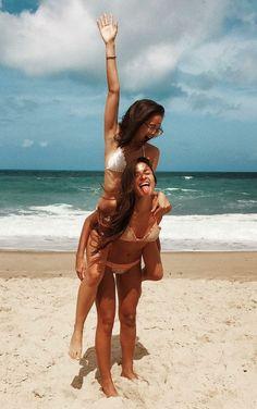 Inspiração! Veja 25 maneiras de fazer fotos na praia com a amiga - Blog Fashion Beauty #beachposes