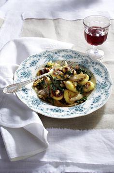 Unser beliebtes Rezept für Gnocchi mit weißem Spargel  und Spinat und mehr als 55.000 weitere kostenlose Rezepte auf LECKER.de.