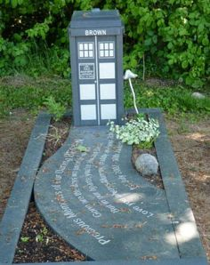Gravesite and tombstone of a Doctor Who fan, or I guess you should say fanatic. Beautifully done.